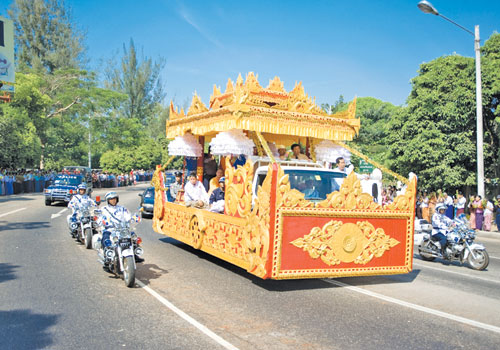 A convoy takes the tooth relic to Maha Pasana Cave in Mayangone township on November 22. Kaung Htet / The Myanmar Times