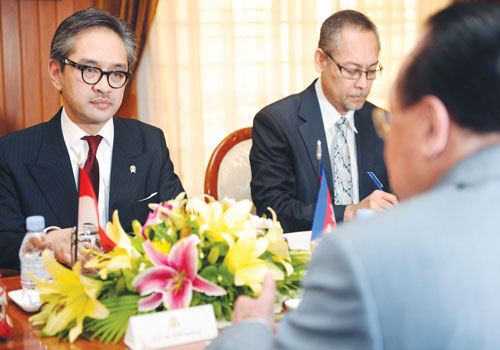 Indonesian Foreign Minister Marty Natalegawa (left) talks to Cambodian Foreign Minister Hor Namhong (front) during a meeting in Phnom Penh on July 19. Pic: AFP