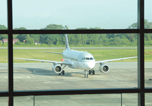 A Qatar Airways plane arrives at Yangon International Airport on October 4. Thiri / The Myanmar Times