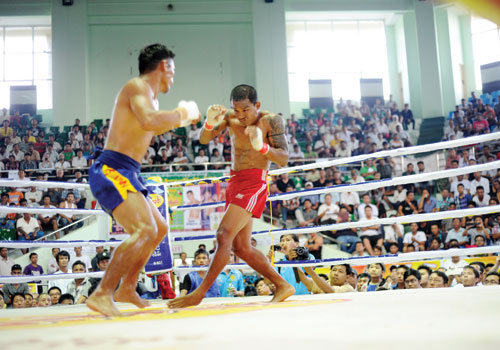 Tway Mashaung battles Mike Ganado during the Let Hway Challenge Fight at Yangon's Theinphyu stadium on October 7. Ko Taik/ The Myanmar Times