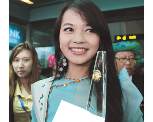 Miss Myanmar, Nan Khin Zay Yar, arrives in Yangon on Tuesday, October 23, 2012, after participating in the Miss International Beauty Pageant 2012 in Japan on Sunday, October 21, 2012. (Thiri Lu / The Myanmar Times)