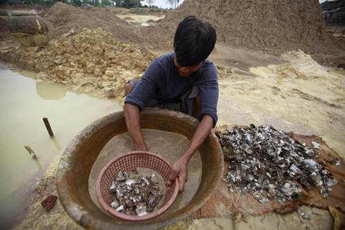 A Myanmar villager pans water for copper at a mine dump near the Sabal hill copper mine project in Monywa in northern Sagaing division, in the vicinity of Letpadaung Friday, September 14, 2012. (AFP)