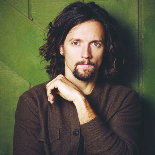 Jason Mraz, looking laid back in brown. (Emily Shur)
