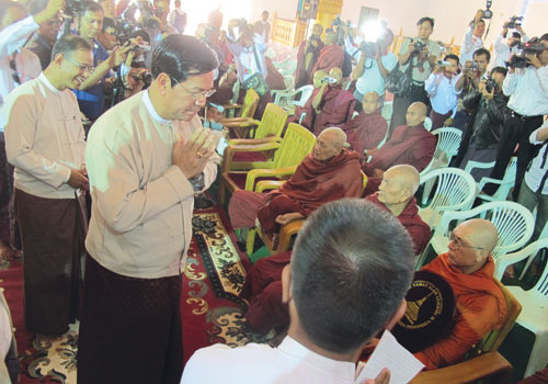 Minister for the President's Office U Hla Tun apologises to monks at a ceremony on December 15. (Phyo Wai Kyaw/The Myanmar Times)