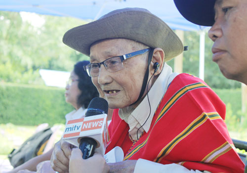 An ethnic Kayin veteran of World War II gives an interview during the commemoration of the 70th anniversary of Victory over Japan Day at the Yangon Commonwealth War Cemetery on August 15. (RJ Vogt/The Myanmar Times)