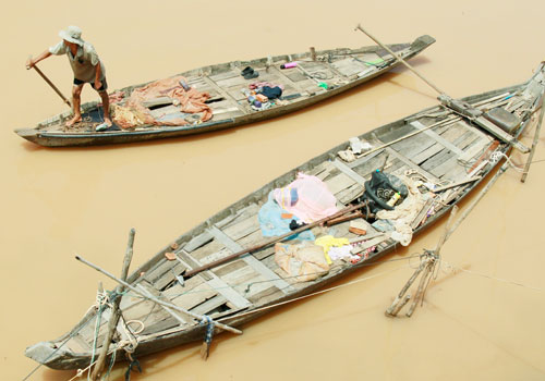 A Cambodian fisherman rows his boat on the Mekong River in Phnom Penh, Cambodia. Photo: EPA
