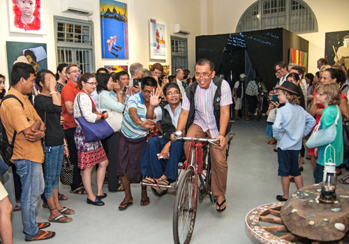 Htein Lin, one of the featured artists at River Gallery, makes an entrance via trishaw on February 20. Photo: Aung Khant / The Myanmar Times