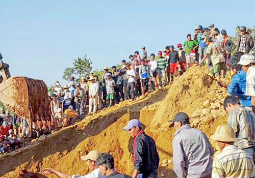 People search for jade miners killed by a landslide at Hpakant, Kachin State, on November 22, 2015. Photo: EPA