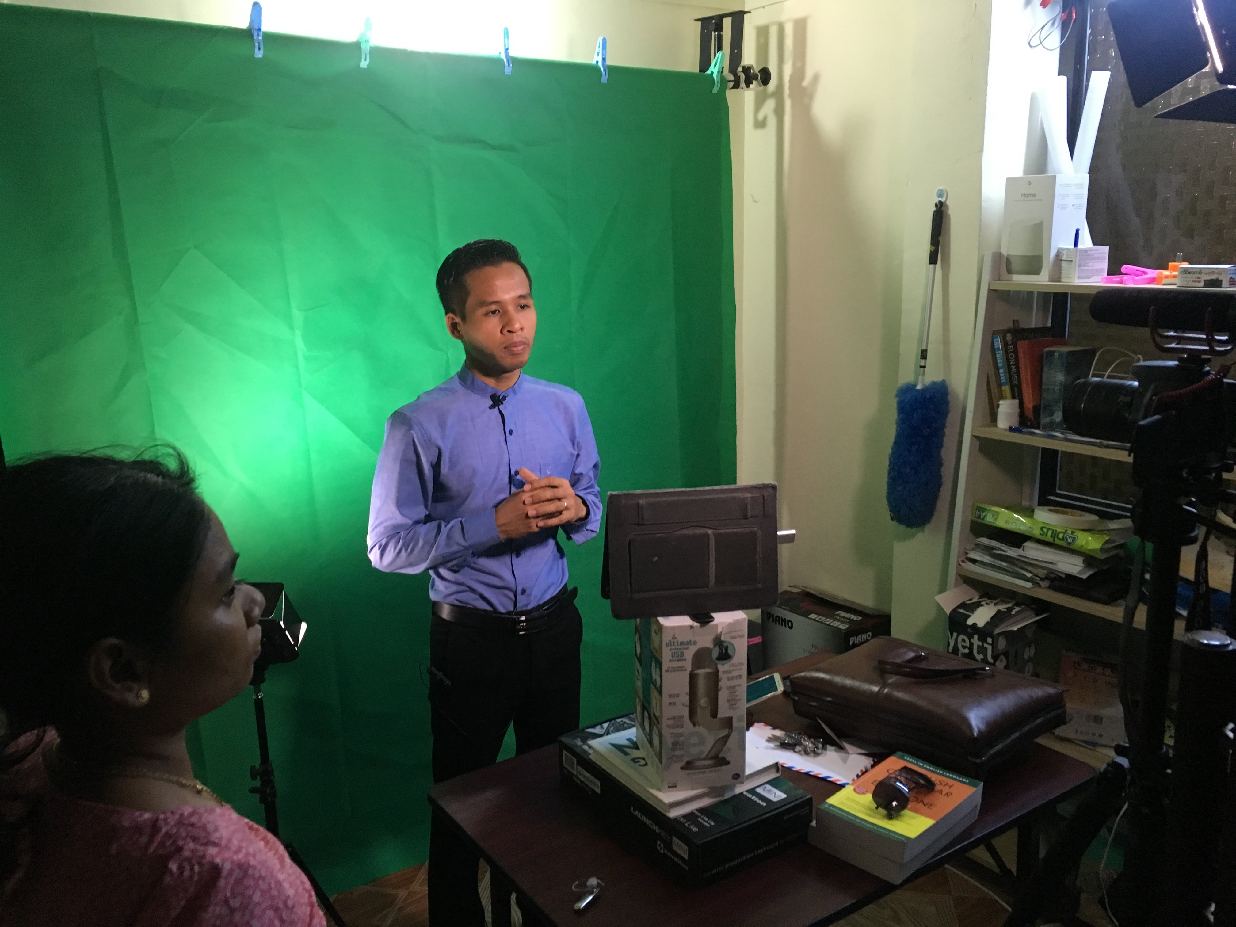 Behind-the-scene of a filming for a online course at LaeLar's office. Photo: LaeLar