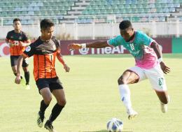 Yangon United striker Emmanuel Uzochukwu (left) controls the ball during the AFC Cup 2020 group stage match against Singapore club Hougang United at the Thuwunna Stadium in Yangon on March 10. Photo - Yangon United